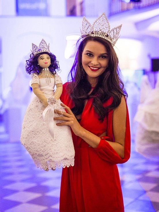 Miss České republiky 2015 Nikol Švantnerová se svou panenkou.
