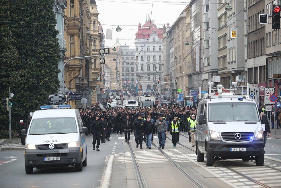 Pochod slávistických fanoušků před fotbalovým derby ulicemi Prahy na stadion Sparty na Letné.