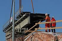 Jeřáb sundal z Negrelliho viaduktu ocelový most.
