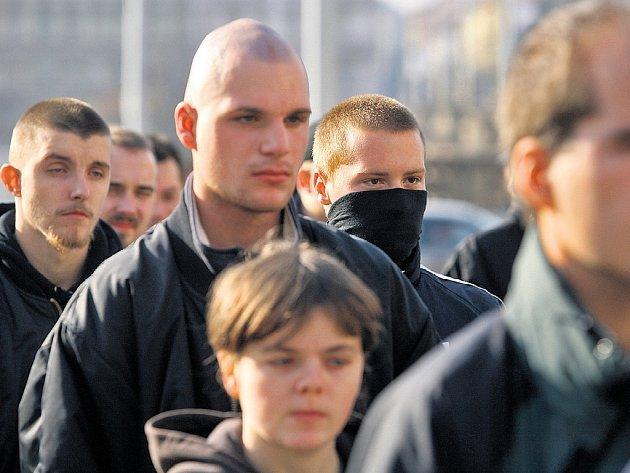 POCHOD RADIKÁLŮ. Příznivci Vlastenecké fronty naposled pochodovali Prahou 28. října.