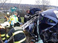 Řidič se snažil ujet před silniční kontrolou. Z nabouraného auta jej museli vyprošťovat hasiči a policisté