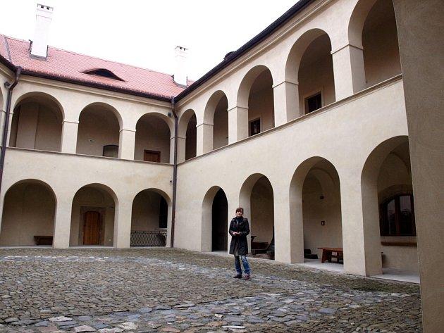 Marcela Šášinková, jedna z autorek expozice, na zrekonstruovaném nádvoří Zámku v Roztokách u Prahy.