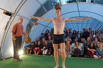 SKLENÍK. Dva členové proslulých souborů Cirque O a Que-Cir-Que předvedou v rámci své zahradnické umění ještě třikrát.
