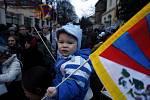 SMUTNÁ VÝROČÍ. 10. března si dvě stovky demonstrantů před čínskou ambasádou připomněli padesát let od potlačení protičínského povstání v Lhase stejně jako oběti loňských demonstrací po celém Tibetu.