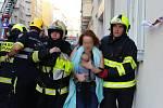 Zásah hasičů při požáru bytu v ulici U smaltovny.