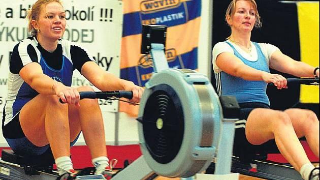 NA SUCHU. Veslařka Gabriela Vařeková (vlevo) se připravuje na vrcholy sezony také na trenažeru.