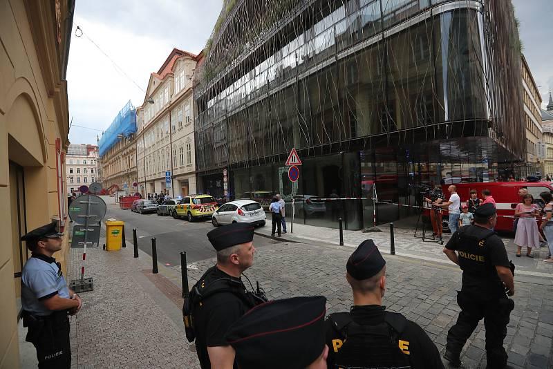 Zásah složek IZS při zřícení stropu v Mikulandské ulici.