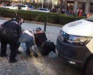 Pražští městští strážníci zasahují proti muži, který špatně parkoval.