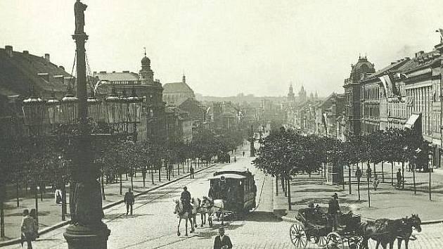 Snímek koňské drožky u Národního muzea zachycený na bromostříbrném papíře pochází od anonymního fotografa z roku 1900.