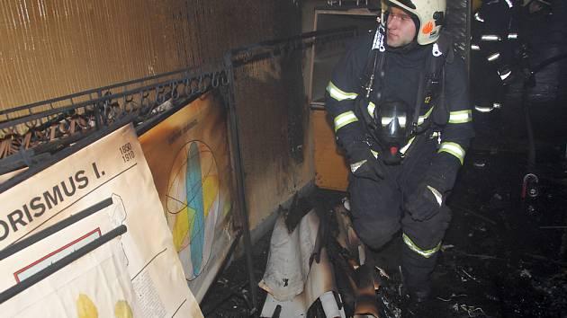 Hasiči v pondělí ráno likvidovali požár uskladněných map v kabinetu školy Švehlova v Praze 10.
