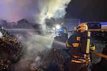 Hasiči bojovali s požárem plastového odpadu v Hostivaři.