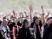 Sparťanští fanoušci míří na Strahov. Při své cestě zdemolovali tramvaj a pokřikovali rasistická hesla.