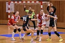 Házenkářky Slavie si znovu zahrají finále proti Mostu. Na postupu se v Olomouci podílela sedmi brankami Eliška Jačková (na archivním snímku z utkání právě proti Mostu s číslem 15).