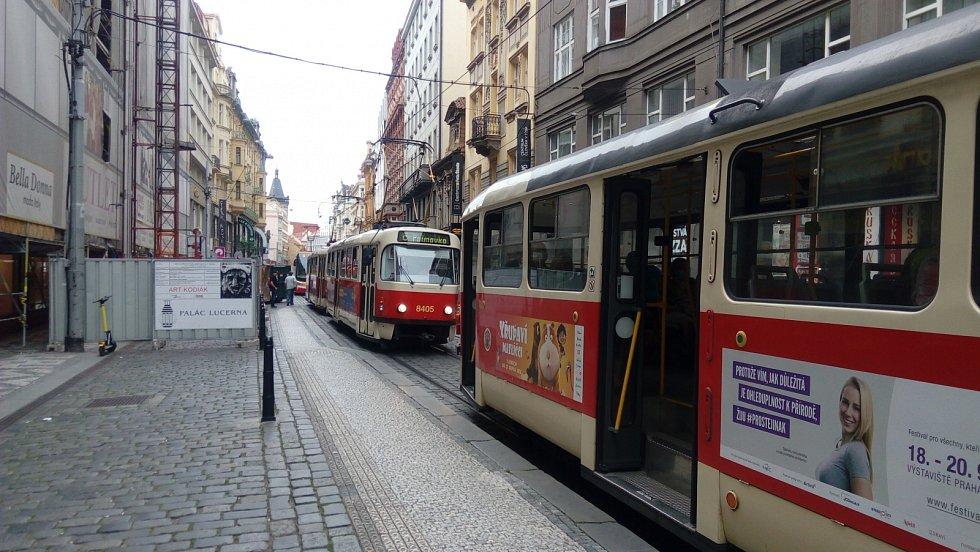 Million Marihuana March 2020. Vodičkova ulice. Pochod způsobil dočasné nahromadění tramvají ve Vodičkově ulici.