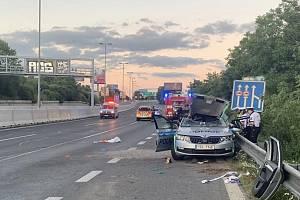 Při dopravní nehodě v Praze zemřel ve služebním voze dvaatřicetiletý policista.