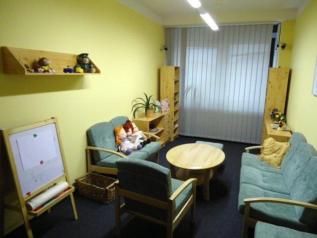 Otevření výslechové místnosti pro dětské oběti.