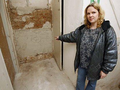 CHODILI OKOLO POKLADU. Předsedkyně bytového družstva domu v Duškově ulici č.p. 20 v Praze na Smíchově Lenka Cihelková ukazuje na zazděné místo, ve kterém našli dělníci 16. listopadu 2008 stříbrný poklad.