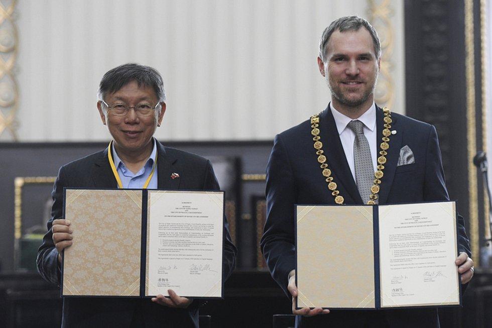Pražský primátor Zdeněk Hřib (vpravo) a starosta Tchaj-peje Kche Wen-če.