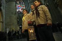 Betlémské světlo v pátek od skautů přijal a v katedrále sv. Víta slavnostně zažehl kardinál Miloslav Vlk.