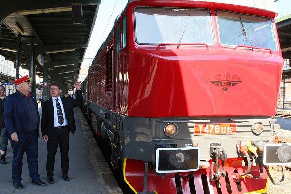 Jízdou zrekonstruované vlakové soupravy zpřelomu 70.a 80.let minulého století zPrahy do Lovosic oslavil vsobotu 6.června Klub železničních cestovatelů 30let existence