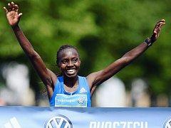 RADOST V CÍLI. Hvězdou pražského maratonu byla Keňanka Valary Aiyabeiová.