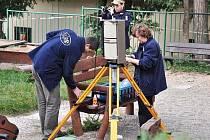 Experti Státního ústavu radiační ochrany začali ve čtvrtek zkoumat dětské hřiště u křižovatky ulic Lopatecká a Sinkulova v pražském Podolí, kde jeden z otců, jenž měl náhodou na ruce hodinky s dozimetrickým měřením, odhalil zvýšené hodnoty radiace.