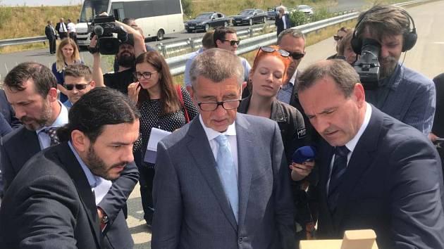 Premiér Andrej Babiš a šéf hnutí ANO (uprostřed) slíbil, že Pražský okruh mezi D1 a Běchovicemi bude hotový v roce 2024.
