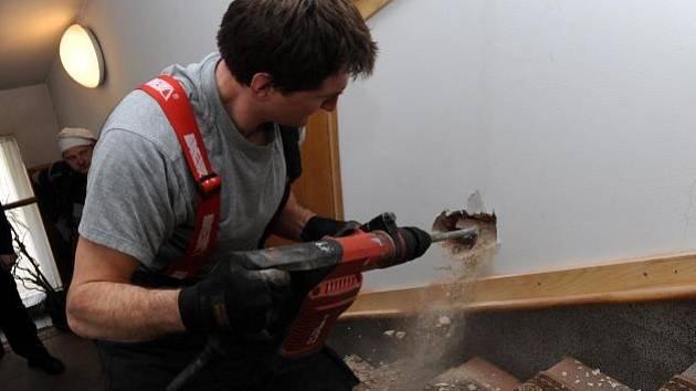 V komíně bylo třeba uhasit žhnoucí dřevěný trám.
