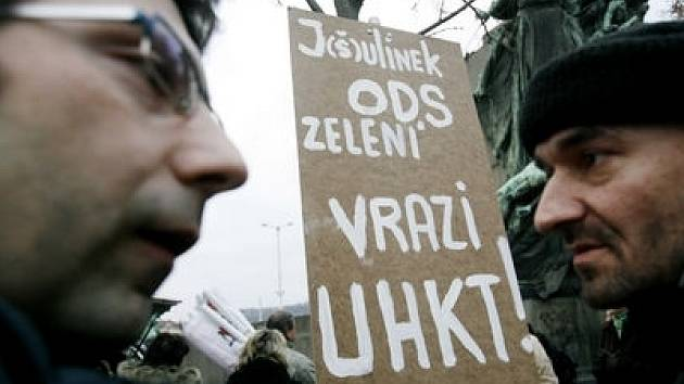 Pacienti a zaměstnanci ÚHKT dnes přišli před ministerstvo zdravotnictví na tichou demonstraci proti plánu ministr Julínka sloučit ústav s VFN.