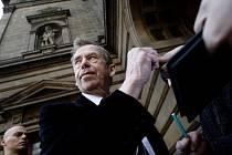 Na premiéru Dobře placené procházky se dostavil i Václav Havel s manželkou.