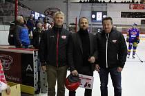 Majitel hokejové Slavie Stanislav Tichý (vpravo) při slavnostním vyřazení dresu Petra Kadlece.