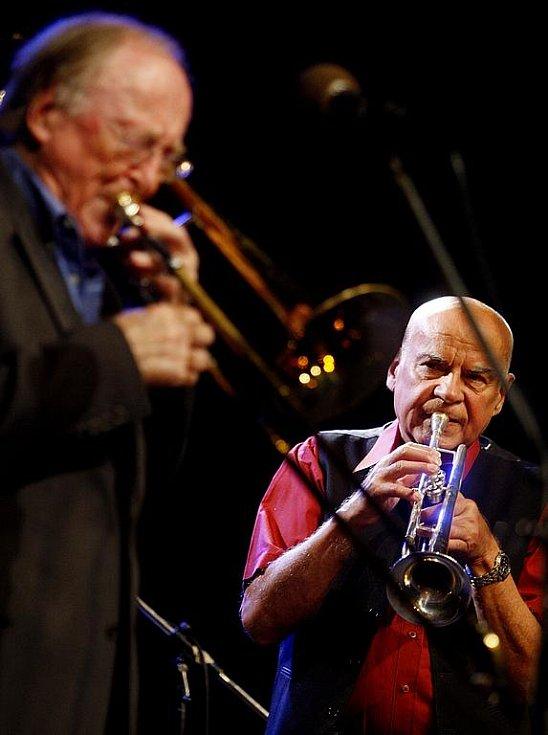 Popřát Josefu Krajníkovi k 70. narozeninám přišel i legendární trombonista a kapelník Chris Barber z Velké Británie (vlevo).