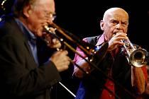 Popřát mu přišel i zahrát legendární trombonista a kapelník Chris Barber z Velké Británie (vlevo).