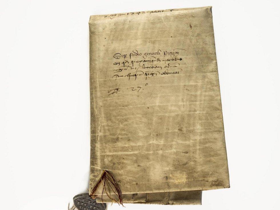 Univerzita Karlova v Praze představila vzácné listiny z roku 1347 před jejím vznikem.