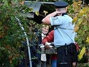 Odborníci pod dohledem policie odchytili smrtelně jedovatou mambu zelenou.