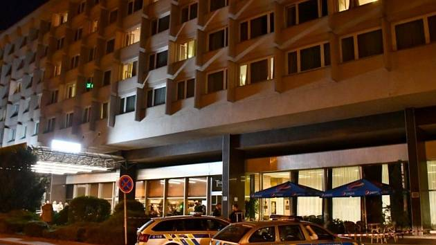 Mladík v Praze nepřežil pád z okna hotelu.