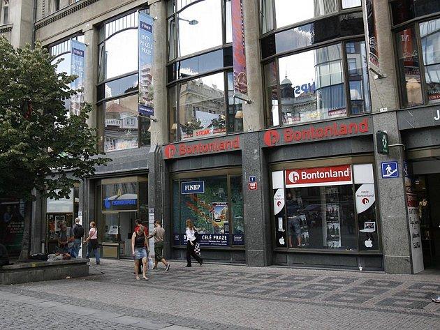 Výstup z metra u prodejny Bontonland. Palác Koruna na Václavském náměstí.
