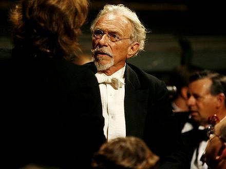 UKÁZNĚNÝ KOMIK. Pierre Richard v novém filmu ztělesní dirigenta kabaretního orchestru. Rozesmávat ale prý nebude.