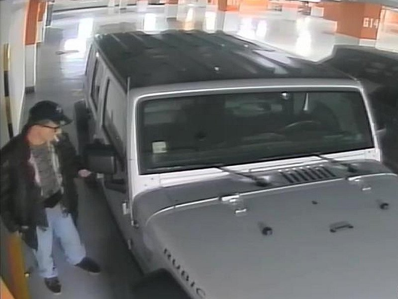 Podezřelý muž, který se 'ometal' u auta v v podzemních garážích nákupního centra na Floře.