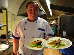 Z gastronomického festivalu Chřestfest v Praze: Roman Špeta z restaurace Altány Kampa s hlavním chodem grilovaným lososem podávaným se zeleným chřestem na másle s holandskou omáčkou.
