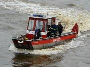 Ze zásahu hasičů s lodí Florián v rámci uvolněné nákladové vany na řece Vltava v pražských Holešovicích.