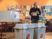 Ivan Bartoš volil v parlamentních volbách 20. října v Praze.