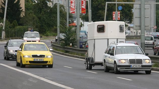 Silniční provoz v ulici V Holešovičkách v Praze 8.