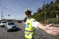 """POLICEJNÍ BALET. Ti nejlepší """"regulovčíci"""" se v pondělí utkali v řízení dopravy na křižovatce u výjezdu Letenského tunelu."""