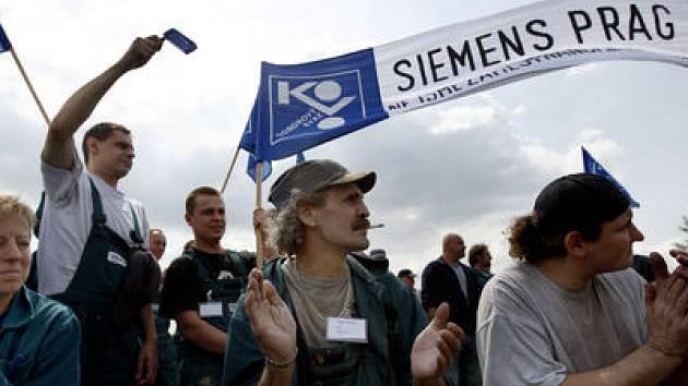Na 700 zaměstanců německé firmy Siemens v Praze-Zličíně opět stávkovalo, protrstují proti zrušení provozu.