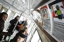 BUDEME JEZDIT KULTURNĚJI? Dopravní podnik tvrdí, že poslední kampaň s obrázky v tramvajích a videoklipy v metru zabrala.