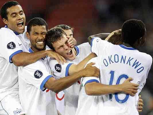 Radost FCZ. Nigerijec Onyekachi Okonkwo oslavuje se svými spoluhráči z FC Curych radost z gólu v síti soupeře.