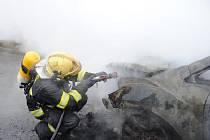 Zcela zničené auto Mazda CX 7 a hmotná škoda odhadovaná na čtvrt milionu korun