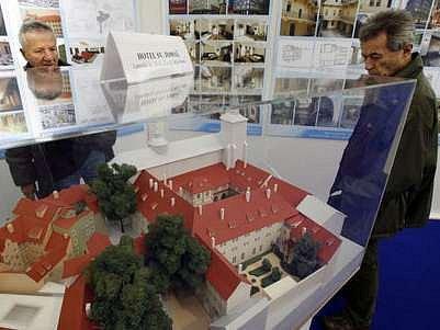 Ve velkém bílém stanu na Můstku si mohou lidé prohlédnout v rámci výstavy Budoucnost a přítomnost Prahy 1 její budoucí podobu.
