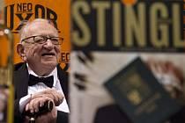 Cestovatel Miloslav Stingl při křtu knihy.